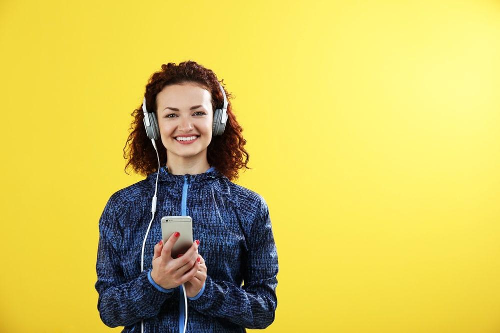 Yrittäjä vai kevytyrittäjyys? Nainen kännykän kanssa.