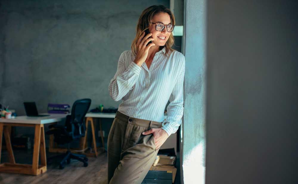 pankkitilin avaaminen yritykselle - nainen puhelimessa