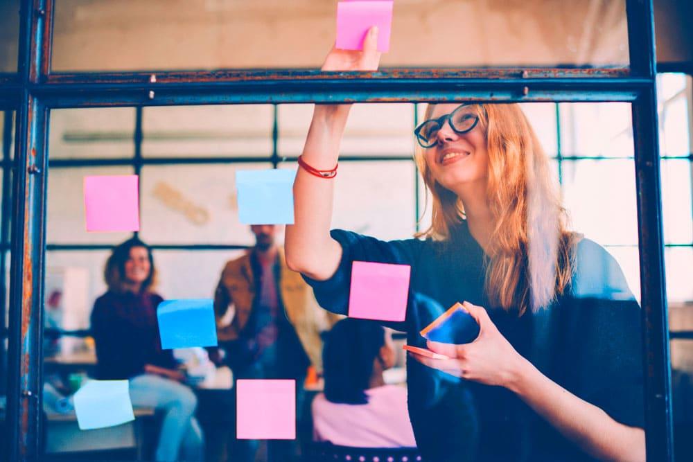 yrityksen perustaminen - nainen suunnitelman teossa
