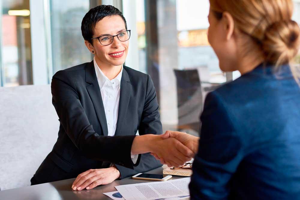 yrityksen rahoitus yritystä perustettaessa- naiset neuvottelemassa