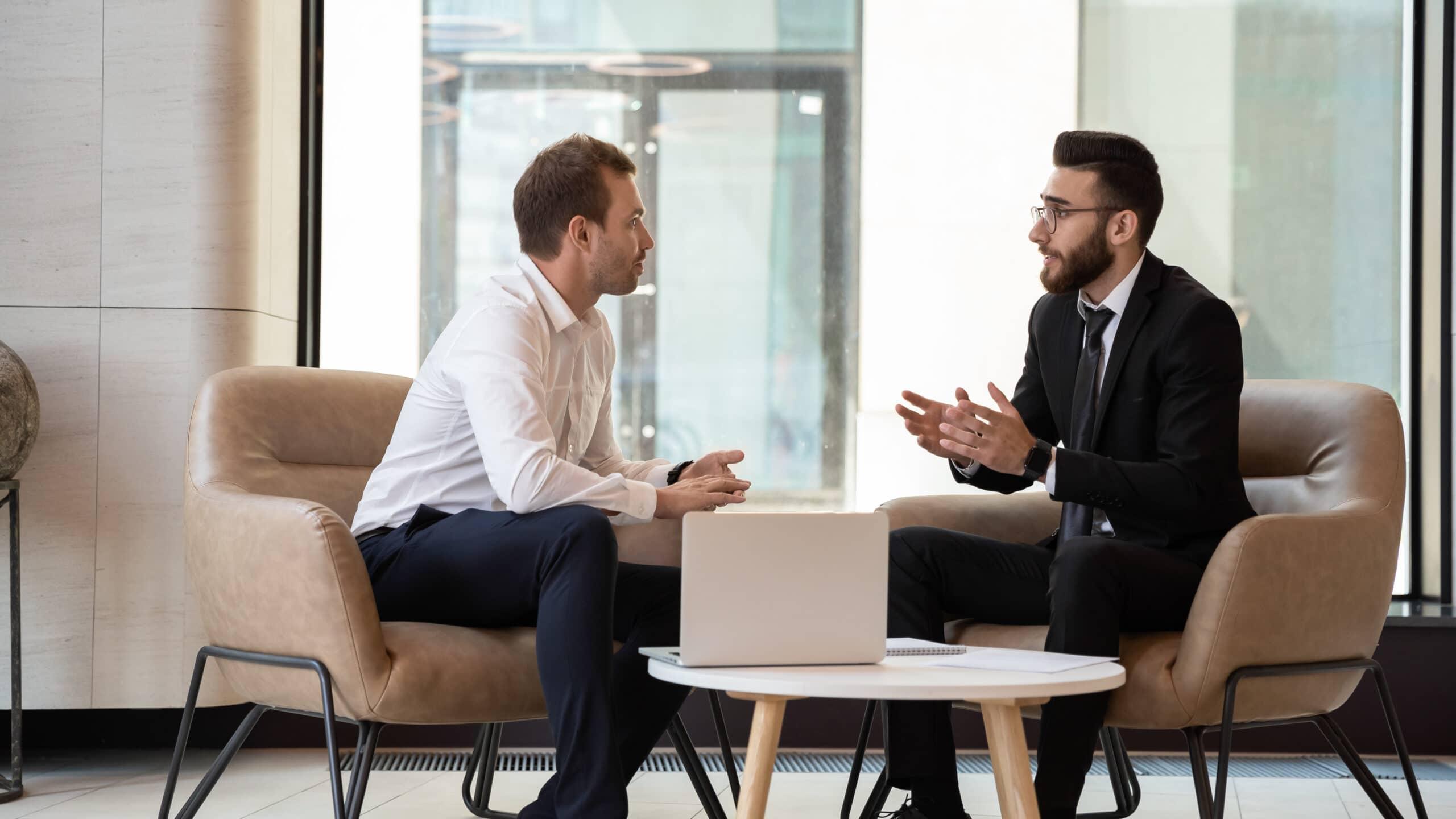 Haastavan asiakkaan kohtaaminen. Asiakas ja yrittäjä keskustelevat.