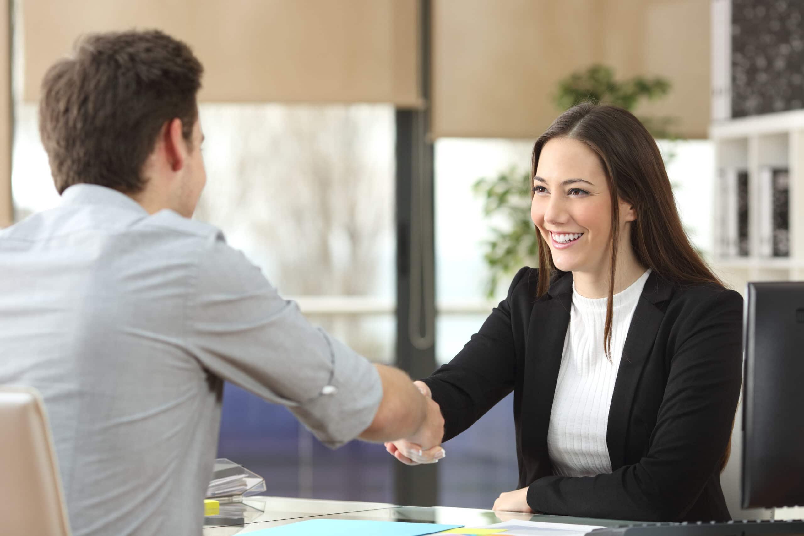 Haastavan asiakkaan kohtaaminen. Yrittäjä kättelee asiakasta.