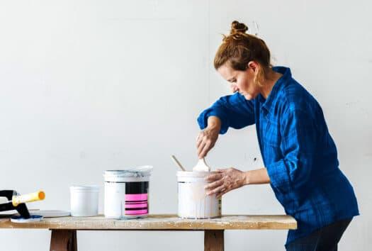 Kotitalous työnantajana - nainen maalaa