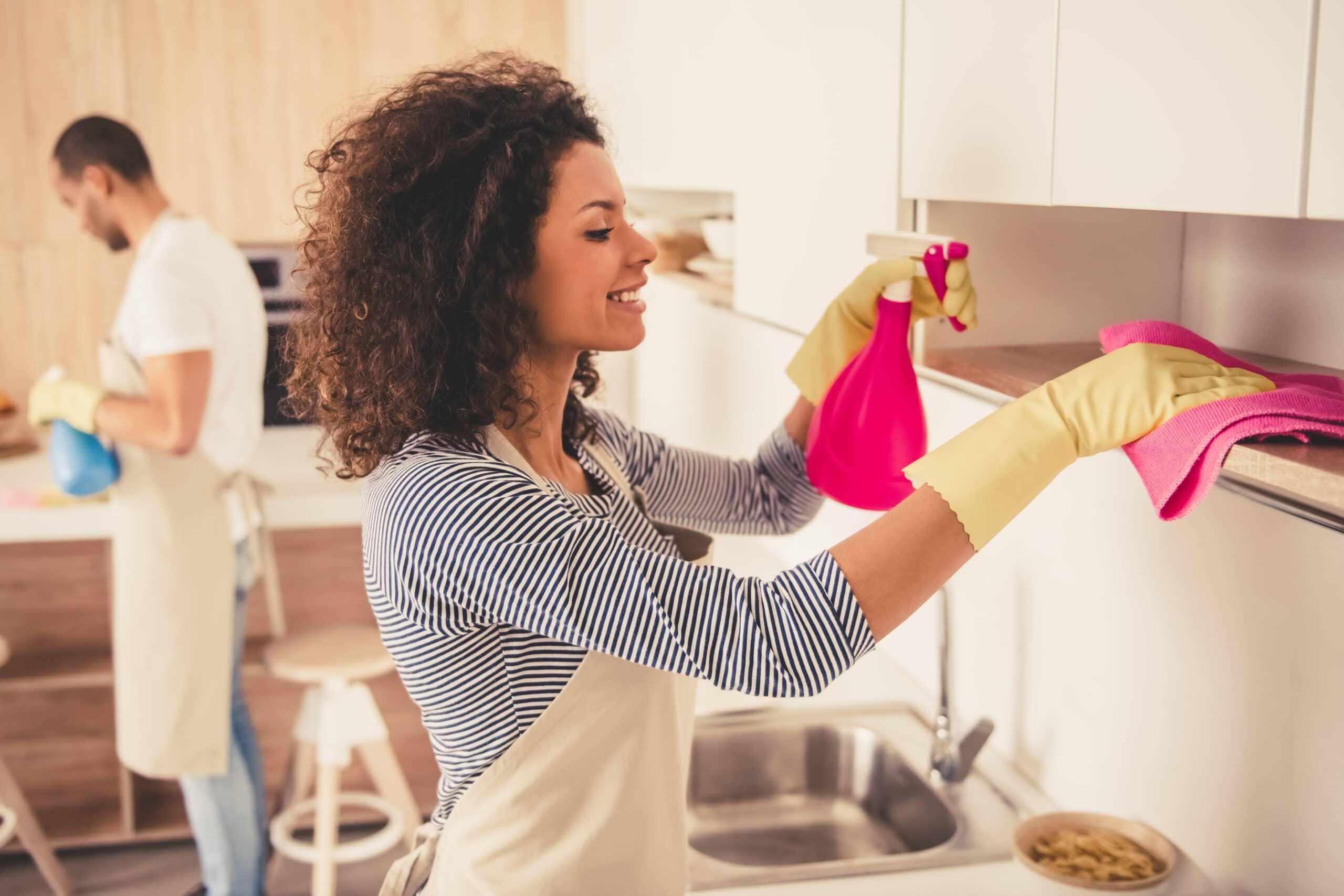 Laskuttaminen yksityishenkilönä. Kotisiivoojat töissä.