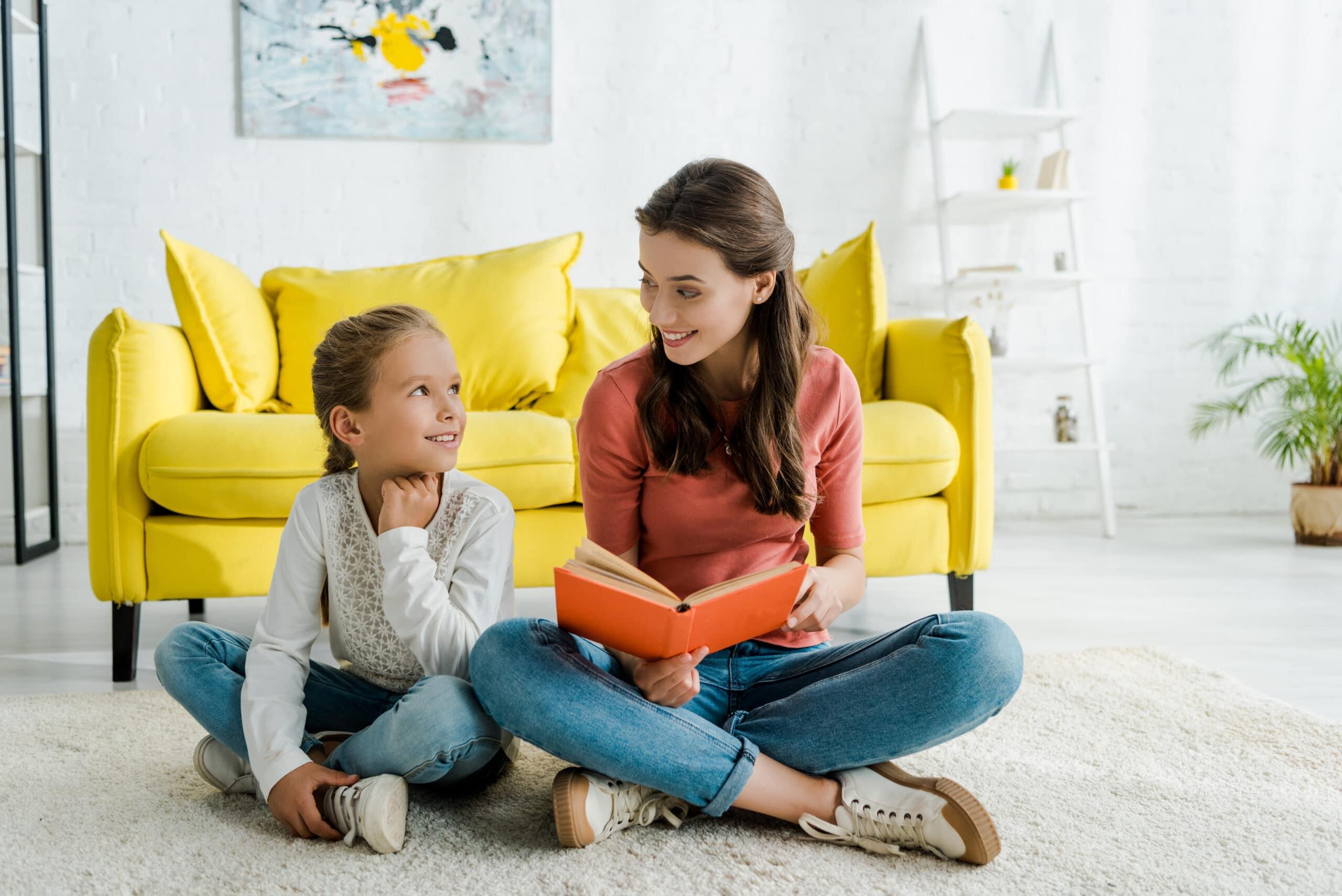 Laskutus yksityishenkilönä. Lapsenvahti lukee lapselle.