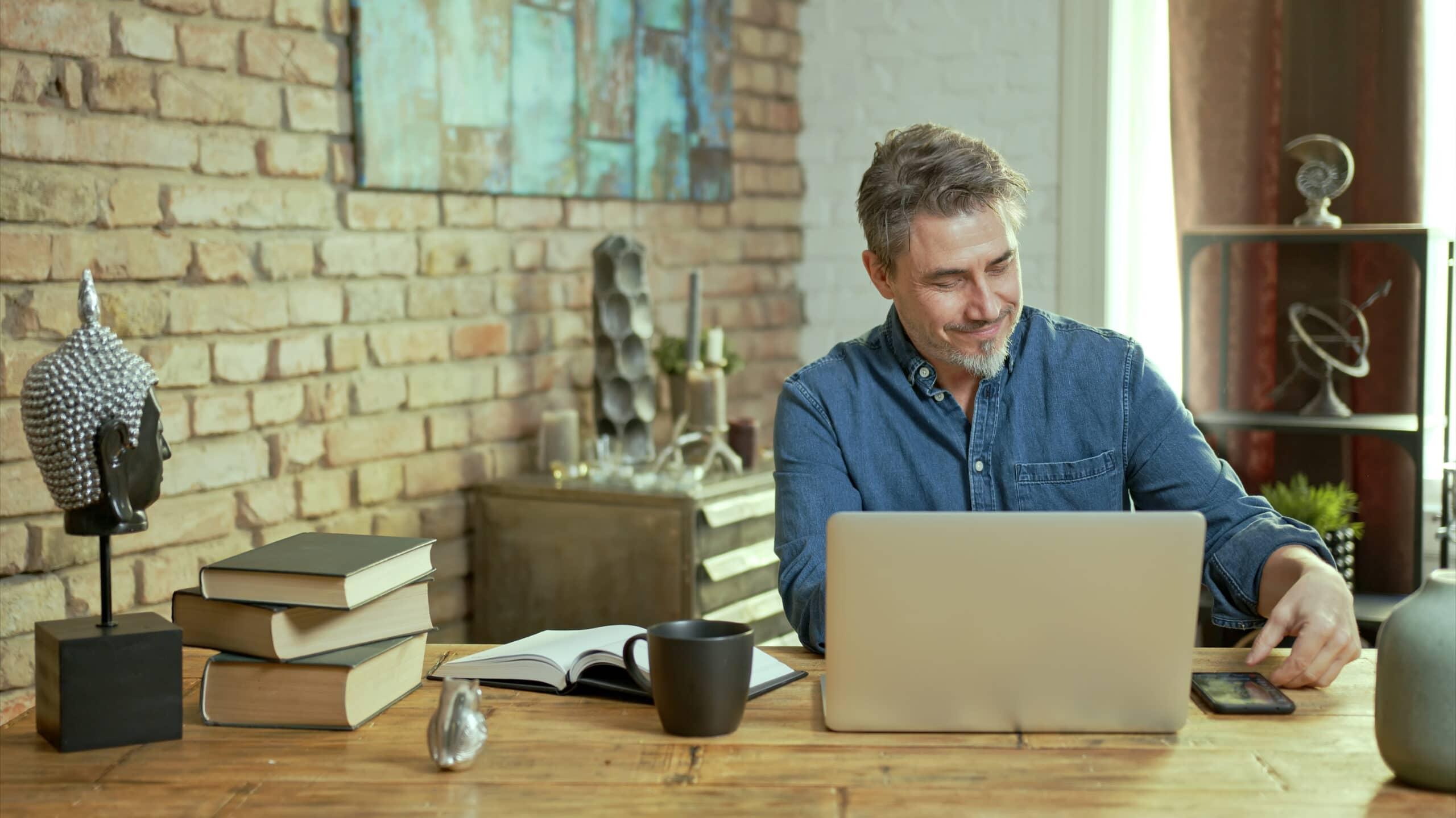 Laskutus ulkomaille. Mies työskentelee tietokoneen ääressä.