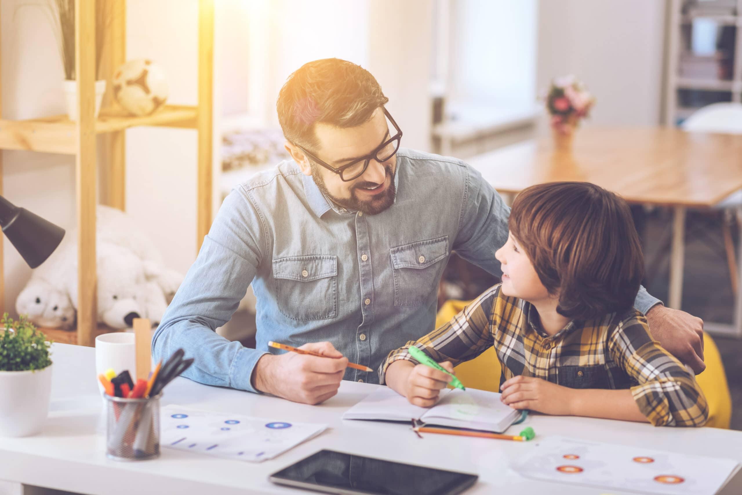 Kotitalousvähennys. Lastenhoitaja auttaa lasta koulutöissä.