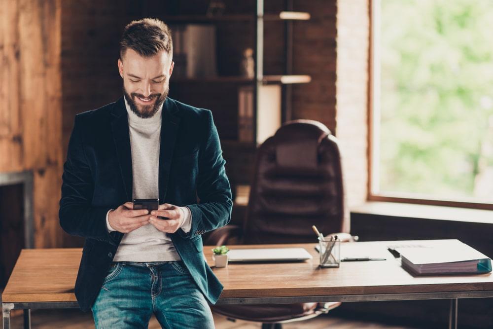 liikemies-katsoo-puhelintaan