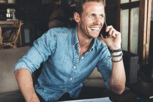 Kuvassa yrittäjä puhuu puhelimessa
