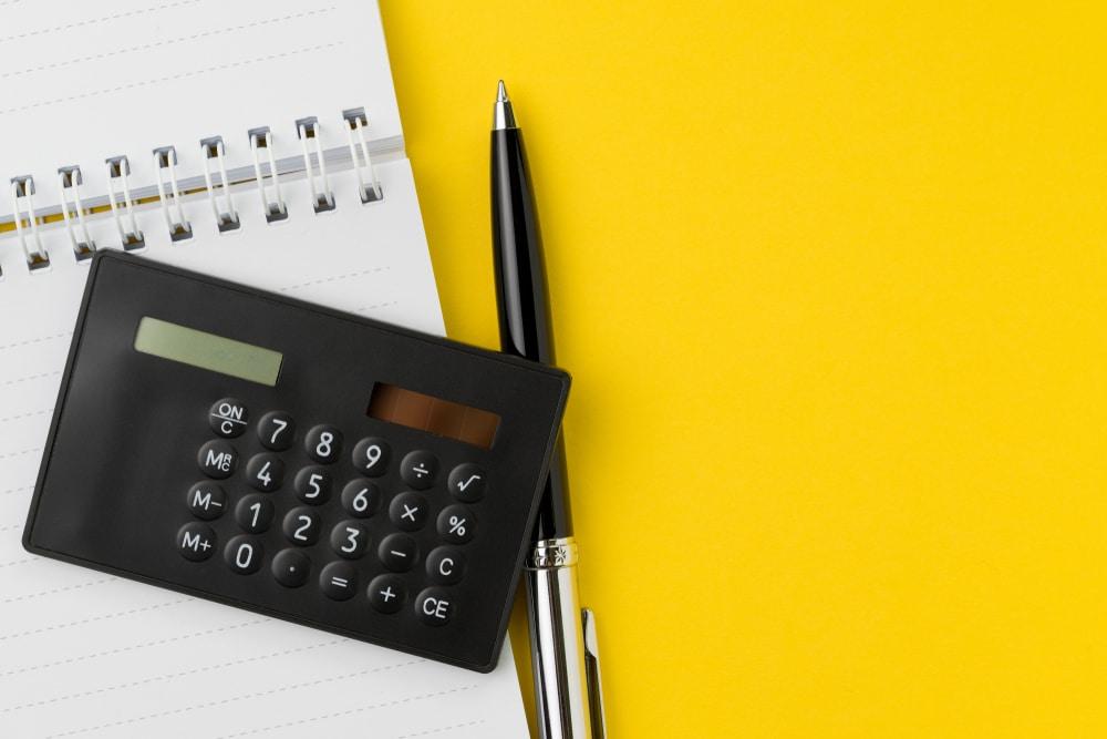 toiminimen-verotus-laskin-keltaisella-taustalla