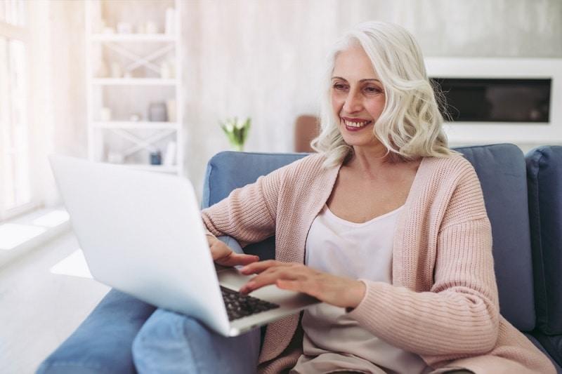 Eläkkeellä yrittäjäksi. Nainen tietokoneen äärellä.