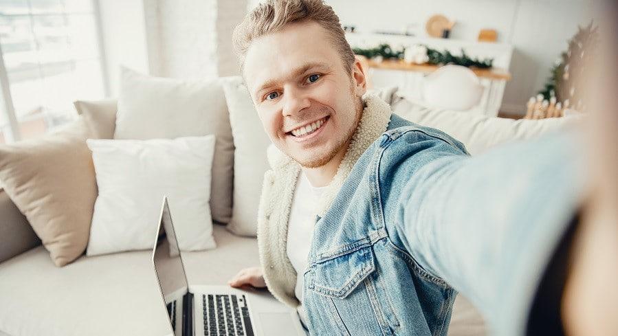 instagram-kevytyrittajälle-nuori-mies-ottaa-selfieta