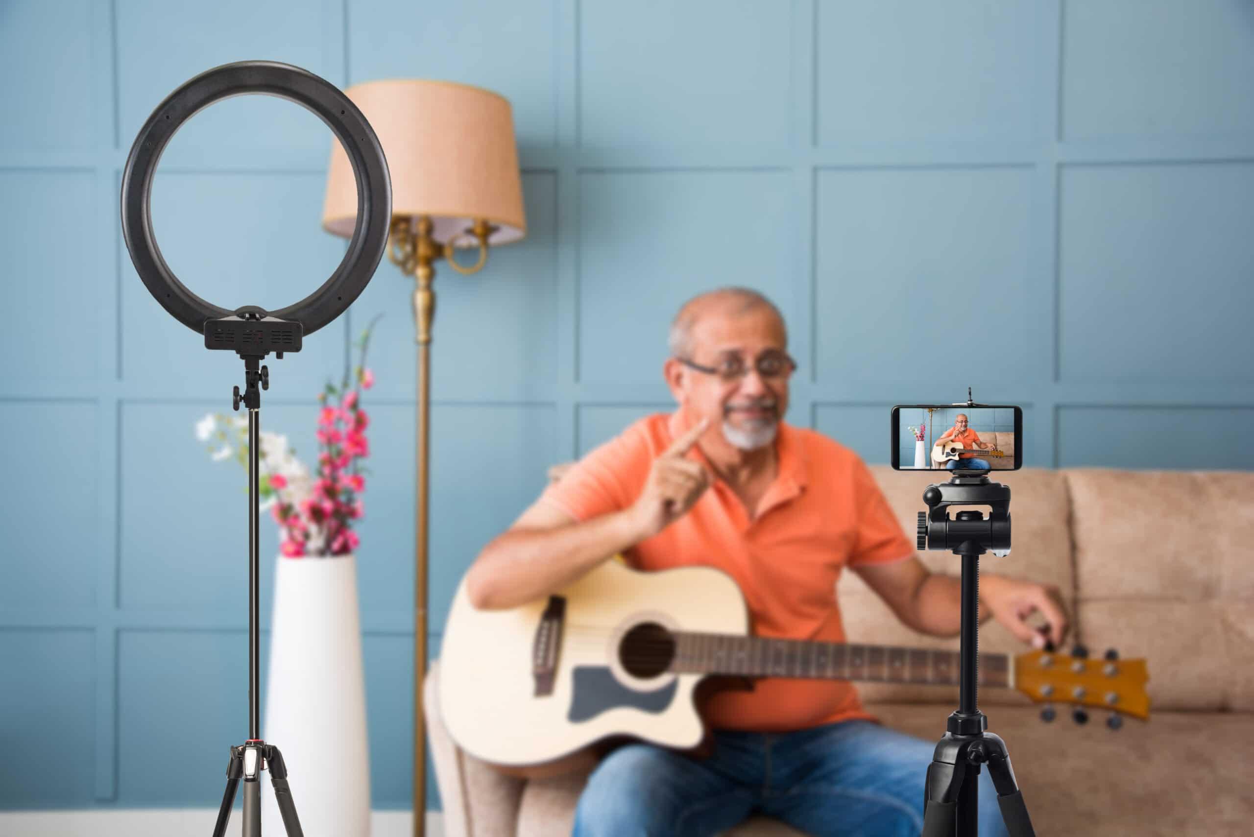 Yrityksen perustaminen eläkkeellä. Soiton opettaja nauhoittaa video-oppituntia.