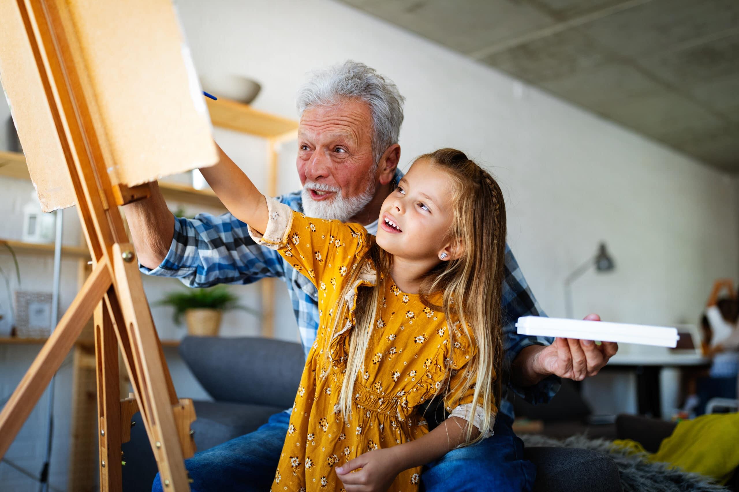 Yrityksen perustaminen eläkkeellä. Taideopettaja ja oppilas.