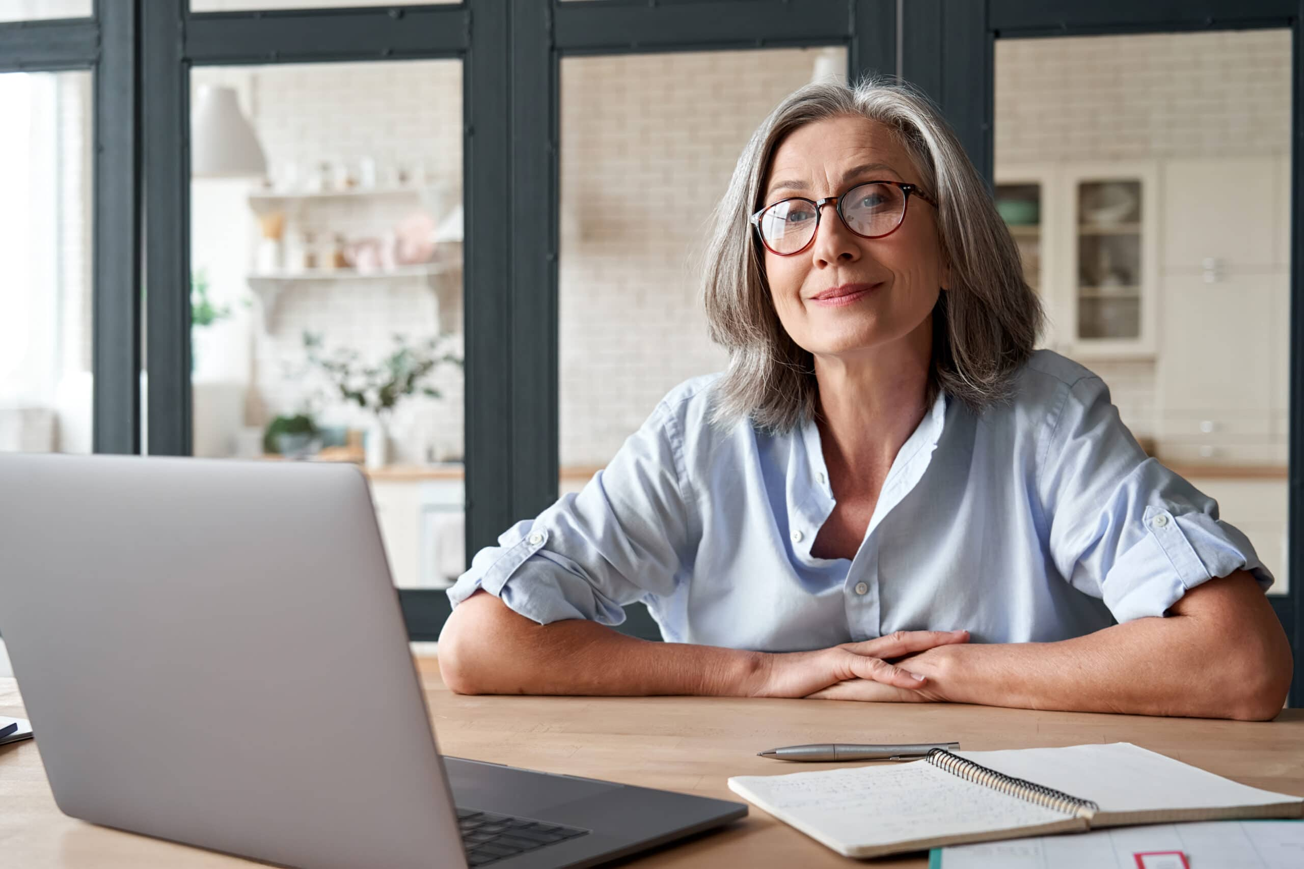 Yrityksen perustaminen eläkkeellä. Eläkeikäinen asiantuntija tietokoneen ääressä.
