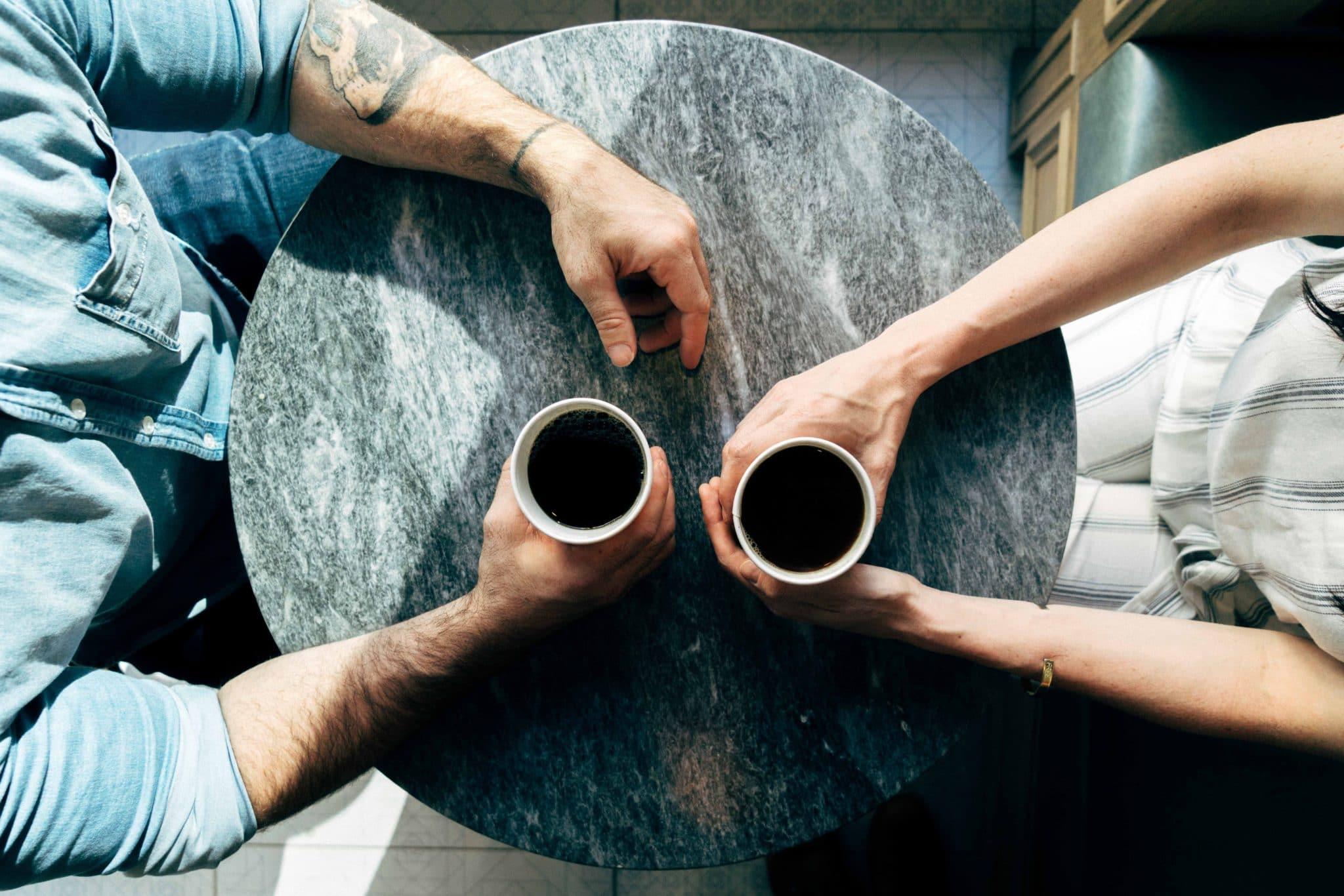 nainen ja mies verkostoitumassa kahvilla - kuvituskuva