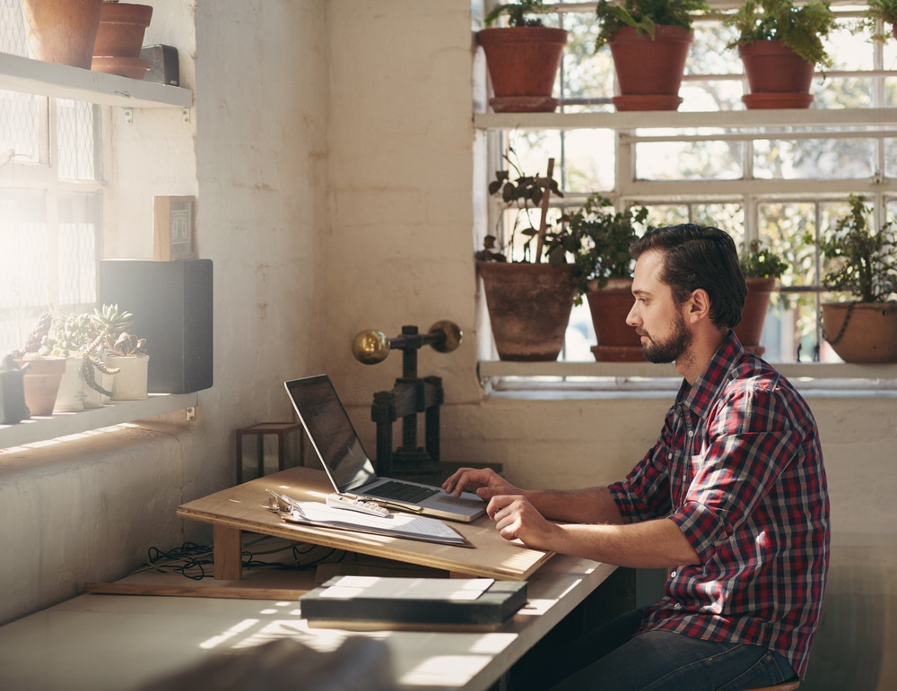 markkinointisuunnitelma toiminimelle - mies tekemässä markkinointisuunnitelmaa