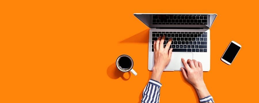 kevytyrittajan-ja-yrittajan-velvollisuudet-nainen-kirjoittaa-tietokoneella