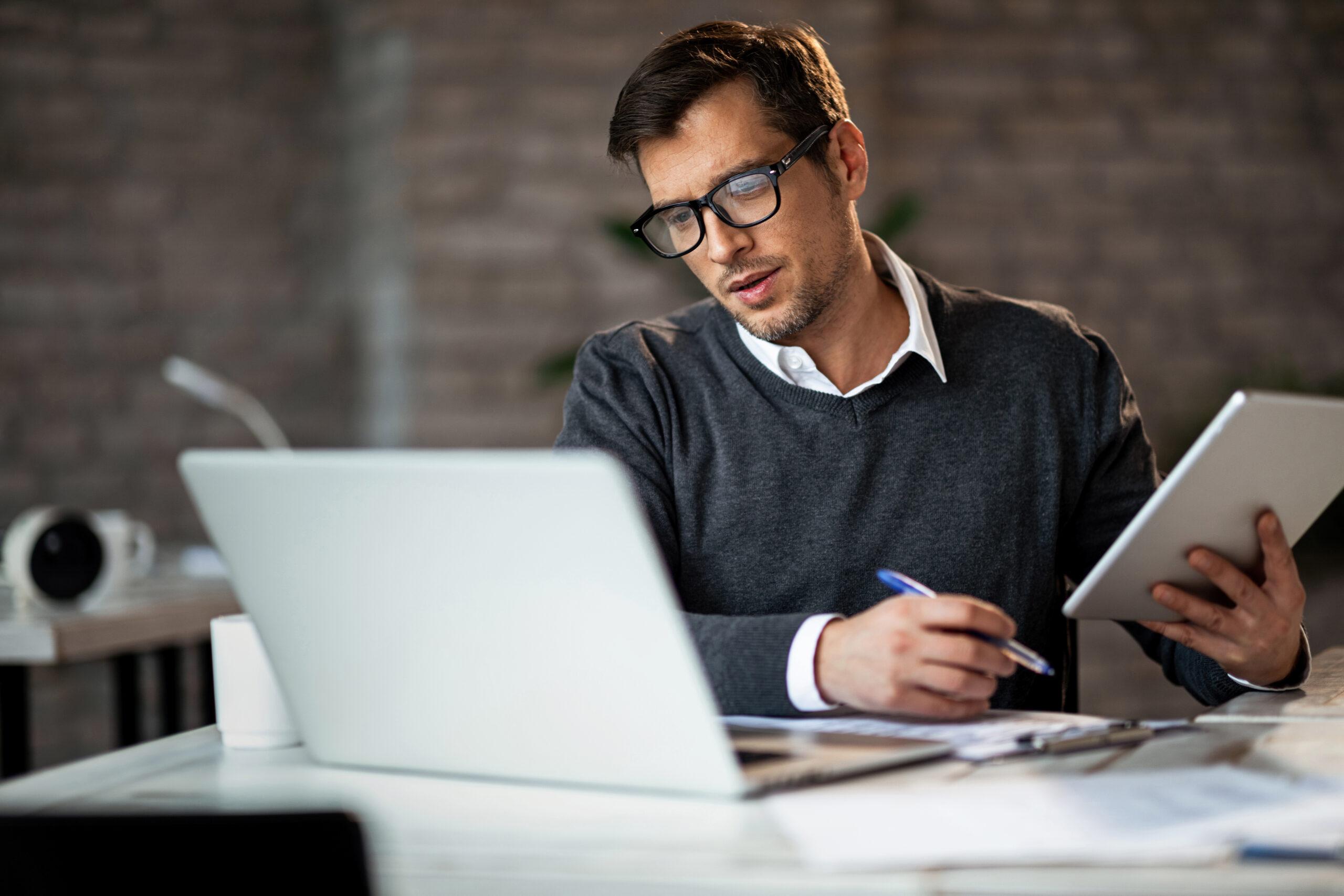Lomautettuna töihin. Mies tietokoneen ääressä.