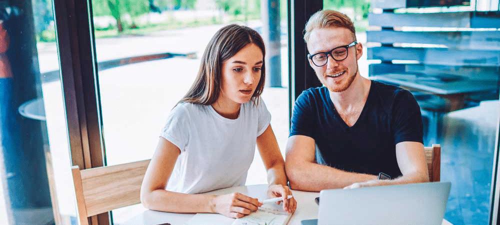 liiketoimintasuunnitelma-tyon-alla-nainen-ja-mies-tietokoneella-ohut