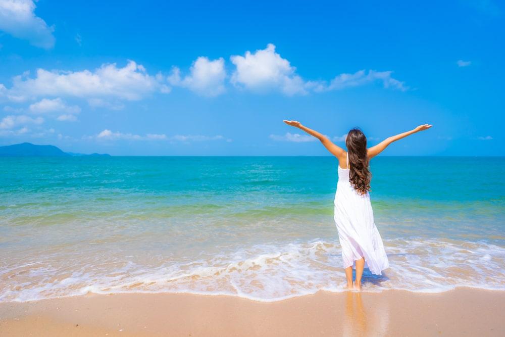 Kuvassa yrittäjä lomailee rannalla
