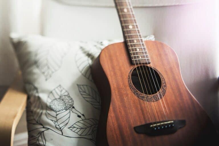 Akustinen kitara nojatuolilla
