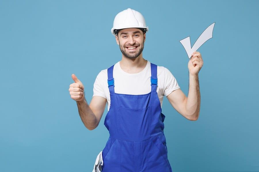 mitä yrittäjyys vaatii - iloinen rakennusmies