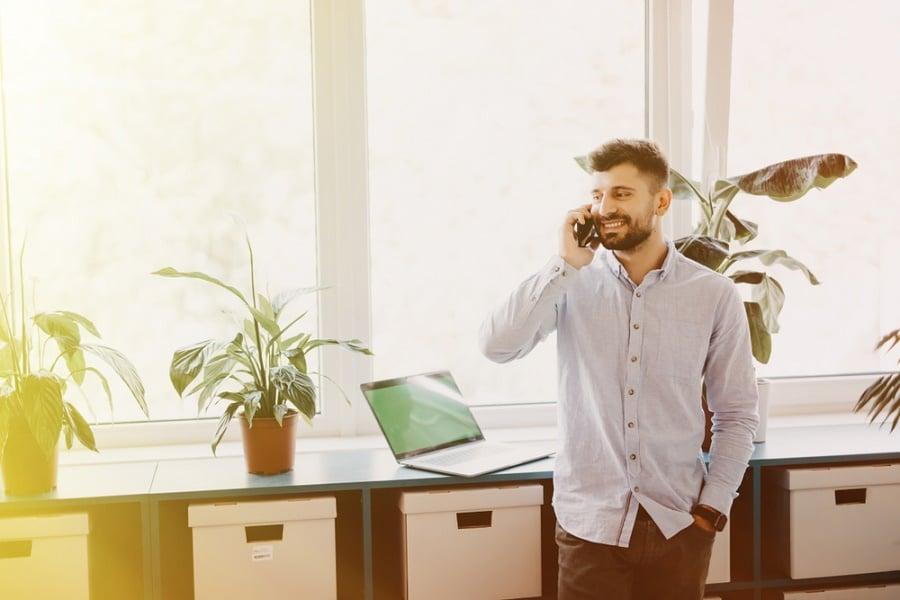 yrittäjäksi aikova mies puhelimessa