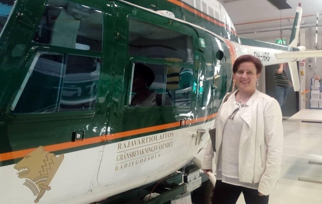 Mari Tastula Rajavartiolaitoksen helikopterin vieressä