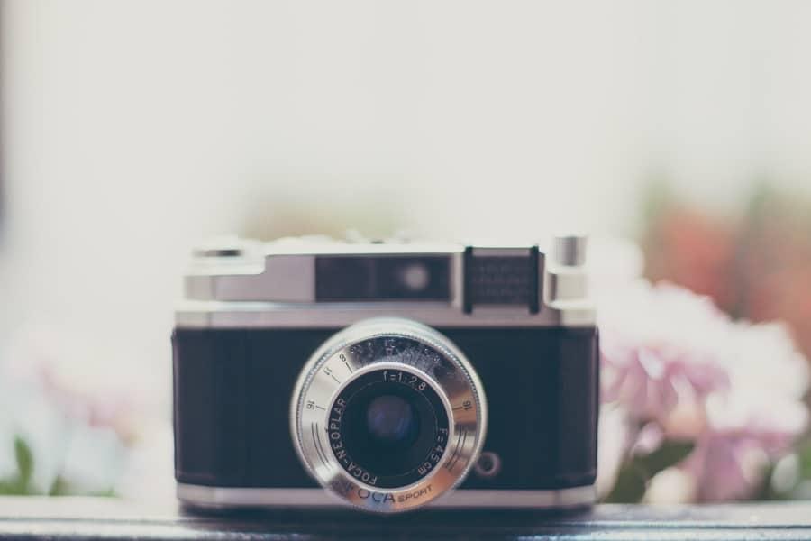 Järjestelmäkamera ja kukkia