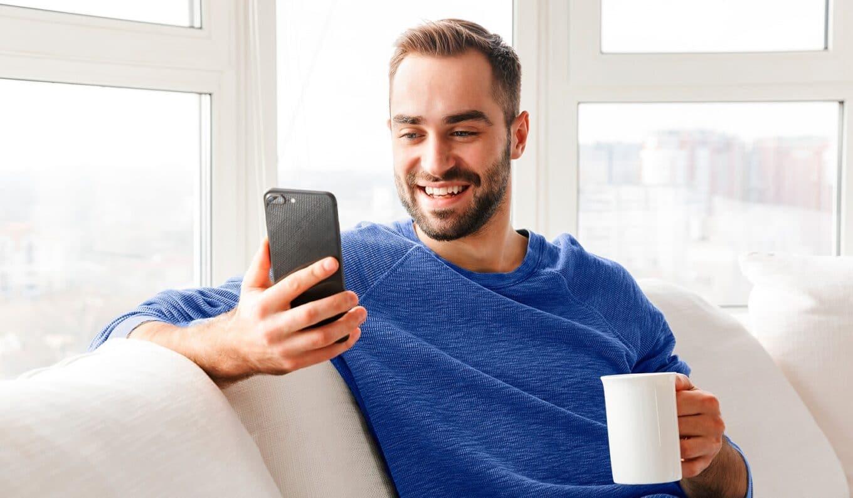 arvonlisaveron-alarajahuojennus-mies-selaa-alypuhelinta