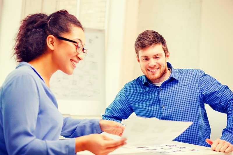 avoin yhtiö - mies ja nainen käyvät läpi avoimen yhtiönpapereita