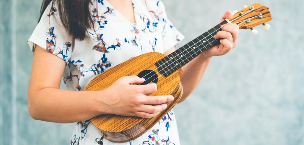 esiintyva-taiteilija-nainen-soittaa-ukulelea