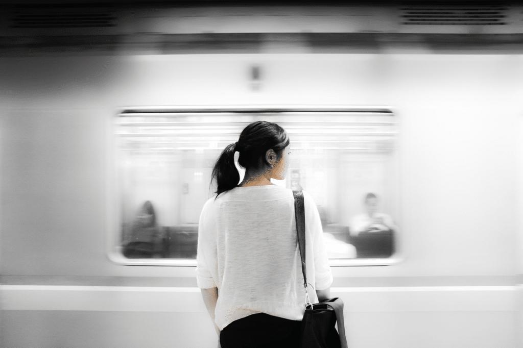 Nainen odottelemassa työmatkalla