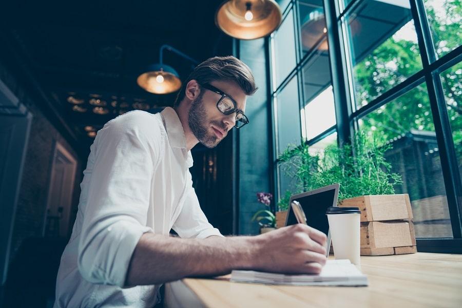 Freelancer istuu kirjoituspöydän ääressä