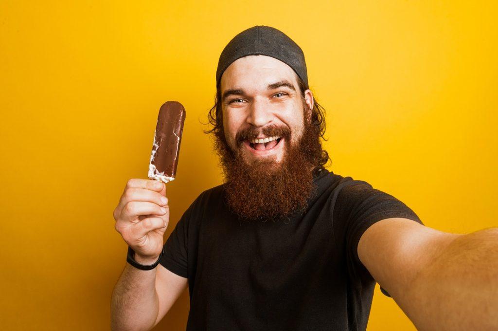 Iloinen yrittäjä jäätelon kanssa