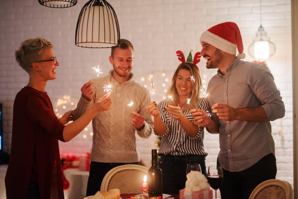 joulukulut-verotuksessa-ihmisia-juhlimassa-pikkujouluja