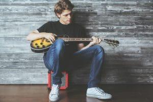 Kevytyrittäjä soittaa kitaraa