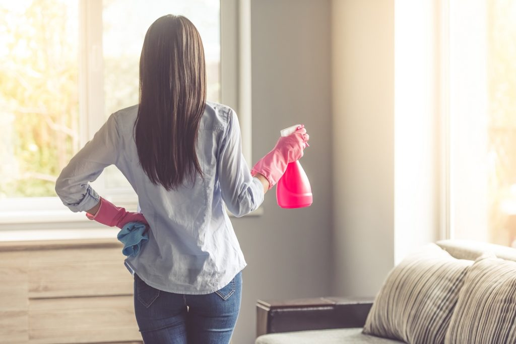 Kuvassa nainen siivoaa kotitaloudessa