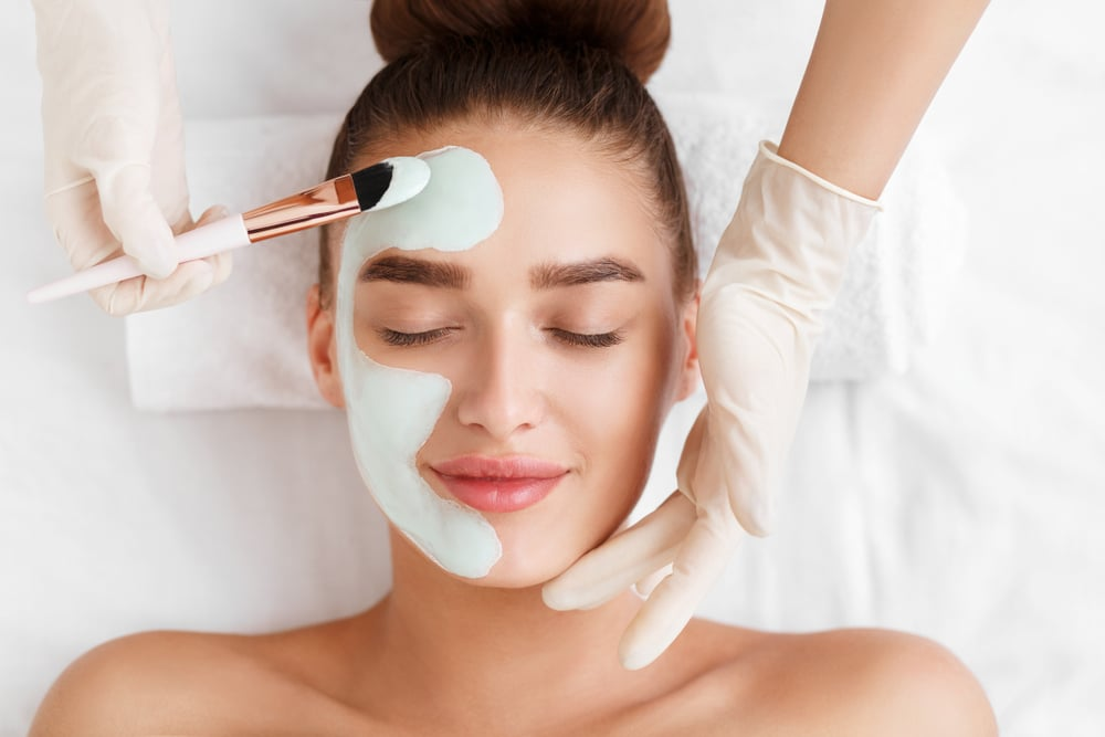 kosmetologi työskentelee