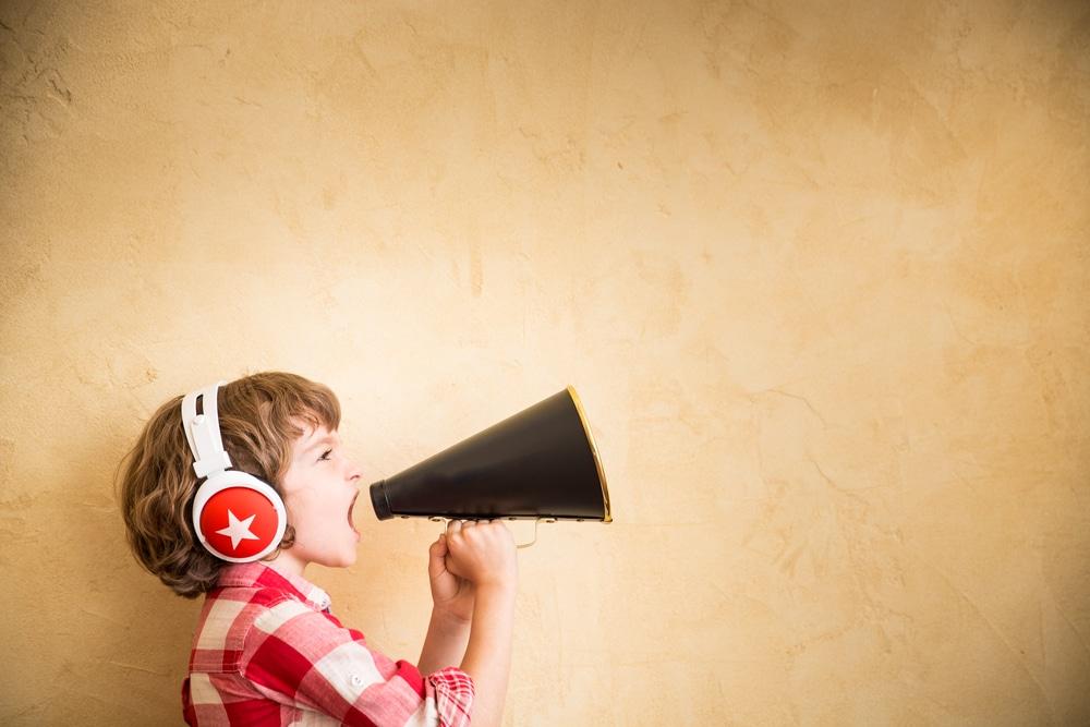 lapsi-megafoni-puhuminen