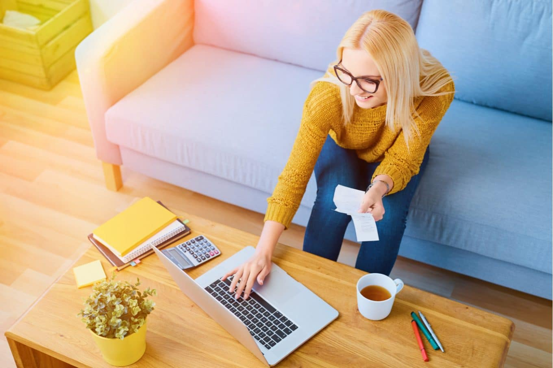 laskupohja_nainen tietokoneen kanssa