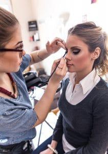 makeupartist meikkaa naista