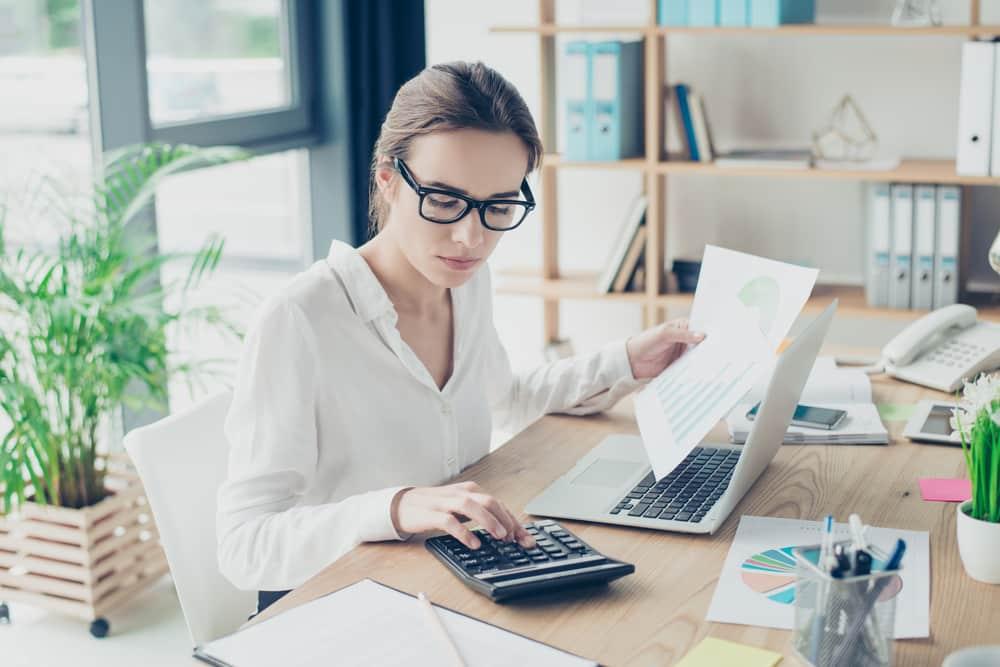 maksuperusteinen-kirjanpito-nainen-tekee-kirjanpitoa