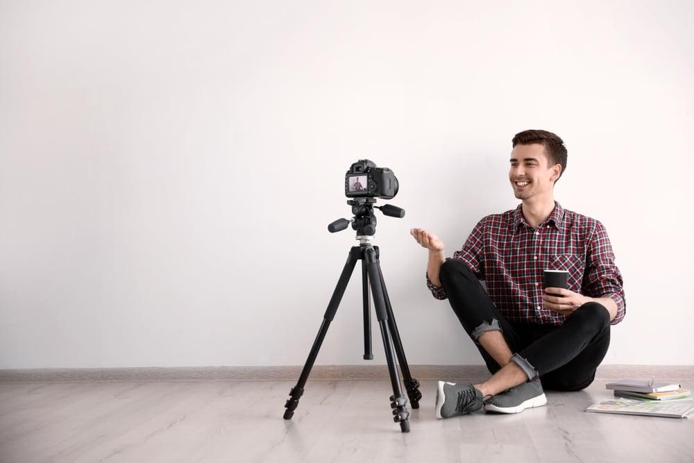 mies-kuvaa-youtube-videota-kameralla