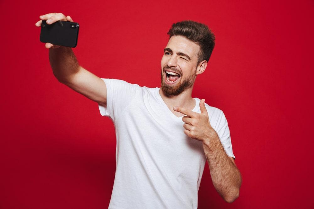 mies-ottaa-selfien