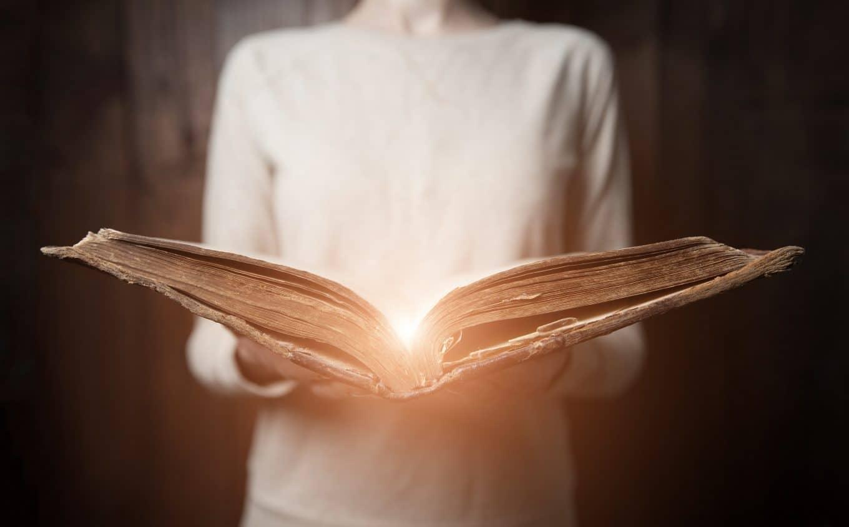 nainen-avaa-kirjaa-tarinankerronnasta