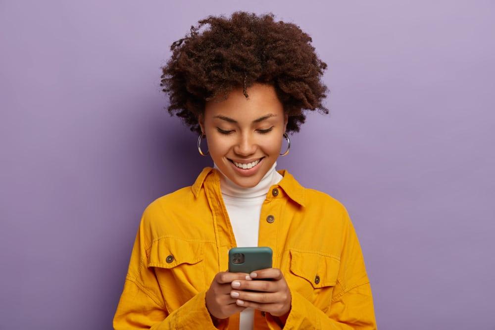 Nainen selaa matkapuhelinta