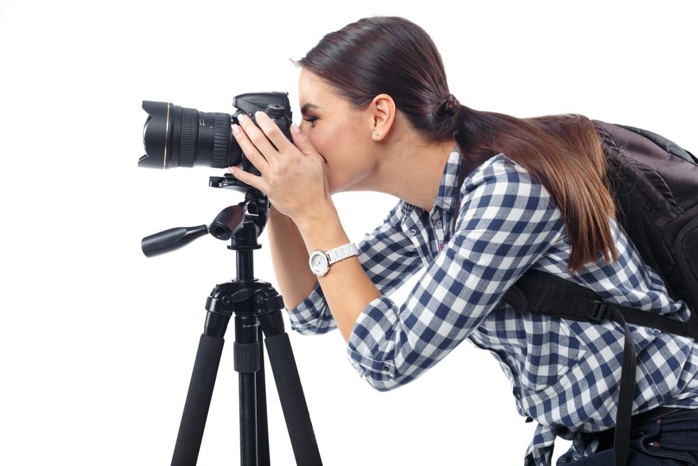 Nainen ottaa kameralla valokuvaa
