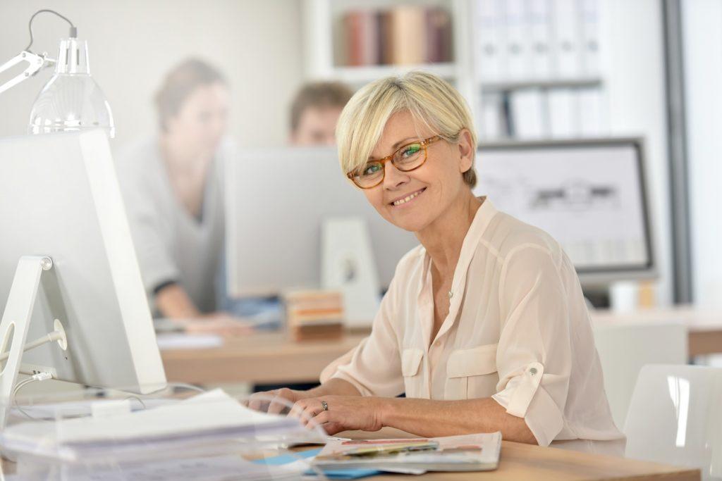 Nainen töissä toimistolla